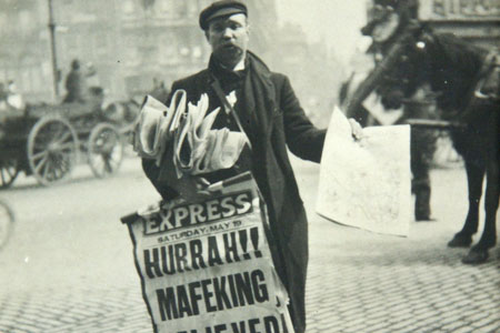 Mafeking Relieved, newspaper seller 1900, cat. ref. COPY 1-446 (306)