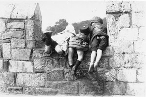 Three children looking over York city wall, 1900 (catalogue reference Copy 1/447)